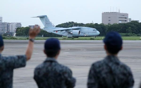 アフガニスタンに残る邦人らの退避支援のため、航空自衛隊入間基地を出発するC2輸送機(23日)