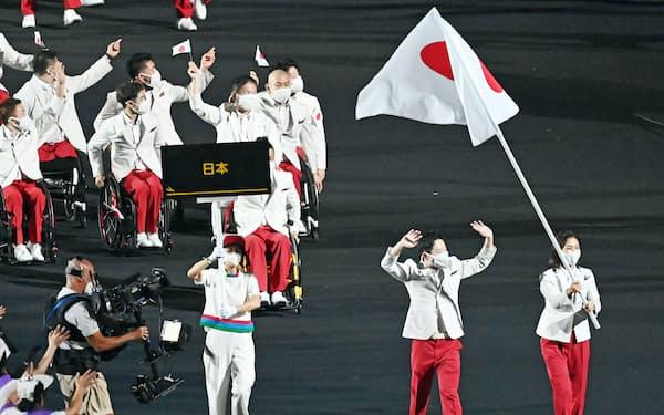 開会式で入場する日本選手団(24日午後、東京都新宿区の国立競技場)