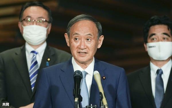 オンライン形式のG7首脳会議を終え、記者団の質問に答える菅首相(25日未明、首相官邸)=共同