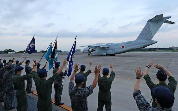 アフガニスタンに残る邦人らの退避の任務のため、航空自衛隊入間基地を出発するC2輸送機(23日)