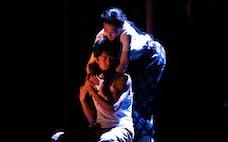 ケムリ研究室の演劇「砂の女」喜劇の味、音と光のドラマ
