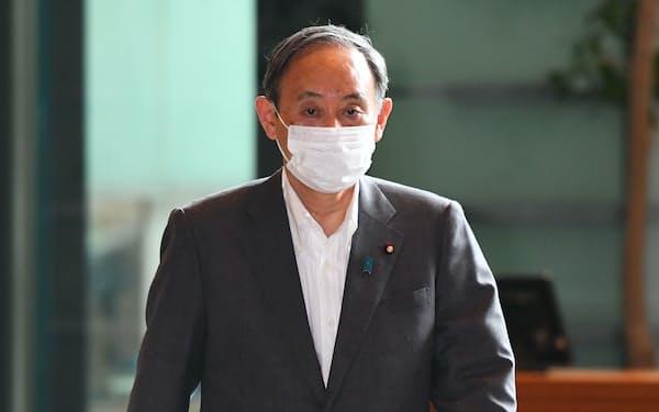 首相官邸に入る菅首相(25日午前)