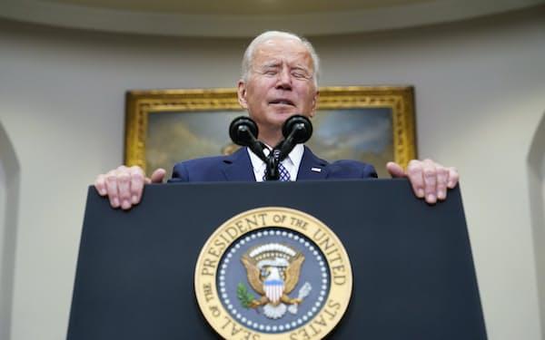 バイデン米大統領は政策実現へ一歩前進したが、視界はなお晴れない(24日、ホワイトハウス)=AP