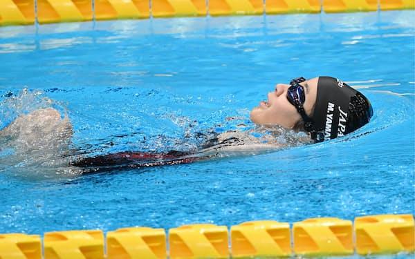 女子100㍍背泳ぎで力泳する山田美幸