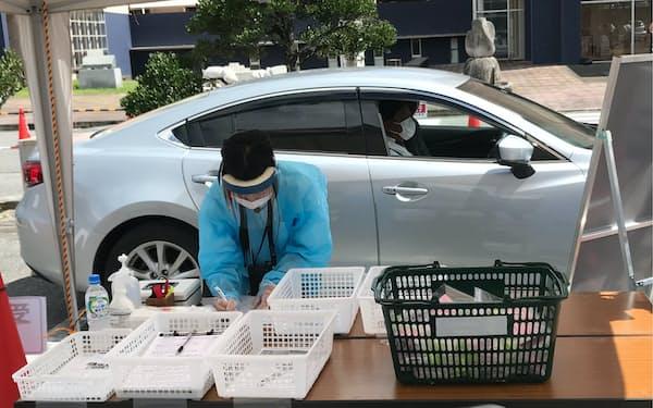 ドライブスルー方式でのPCR検査の実演(沖縄県うるま市)