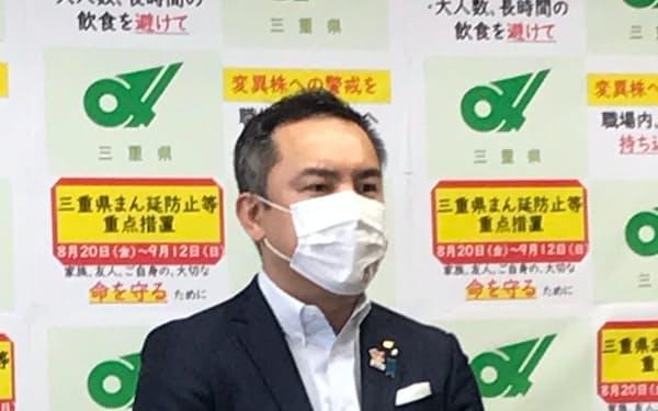中止で合意した4者協議後、記者団の質問に応じる鈴木三重県知事(25日、三重県庁)