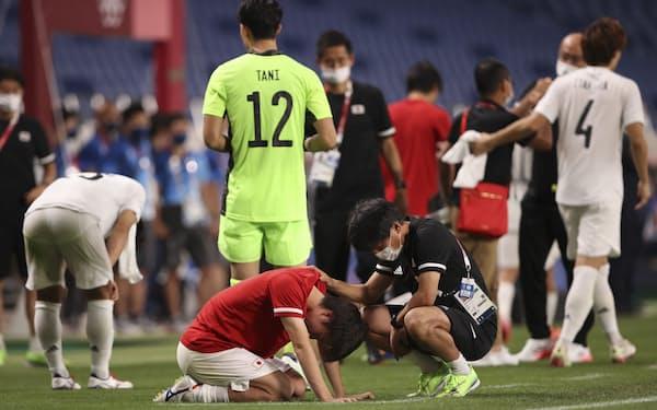 東京五輪の3位決定戦でメキシコに敗れて落胆する日本イレブン=ロイター