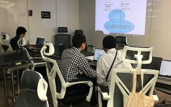 ニューロダイブではデータサイエンスの専門家らが学習の補助にあたる