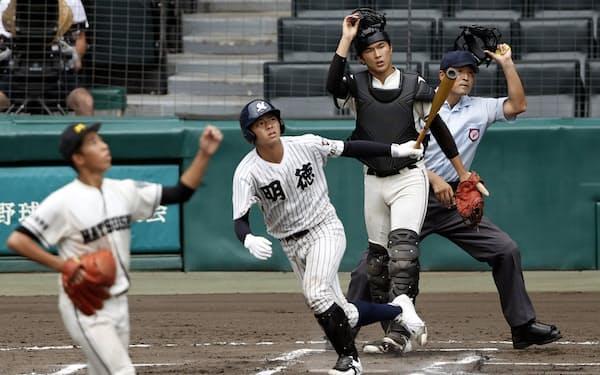 松商学園―明徳義塾 6回表明徳義塾2死、加藤が左越えに本塁打を放つ。投手栗原、捕手野田(25日、甲子園)=共同