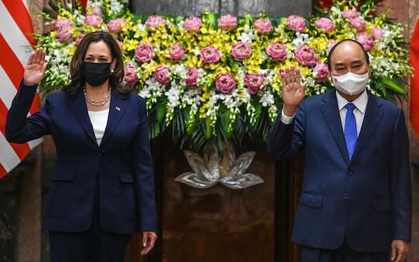 ベトナムのフック国家主席㊨とハリス米副大統領(25日、ハノイ市)=AFP