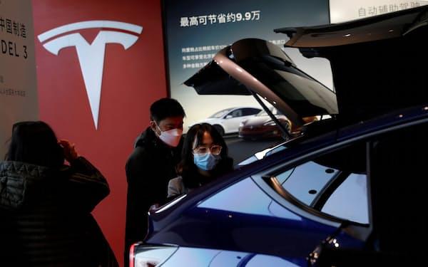 米テスラは排出枠取引が21年に約400億円の収入につながるとの試算もある(1月、北京のショールーム)=ロイター