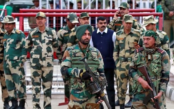 19年2月のパキスタンのテロによる空爆後に監視を強めるインド兵士=ロイター