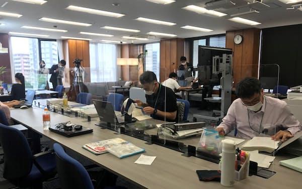 新会社では誰でも自由な席で仕事ができる「フリーアドレス」を導入した(埼玉りそな銀行本社ビル)