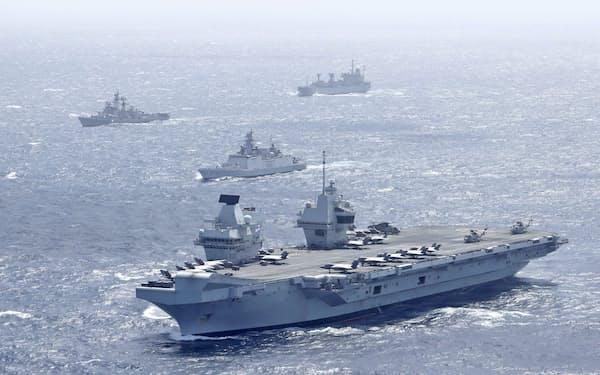 インド東方のベンガル湾を航行する英空母クイーン・エリザベス(手前)=7月(英政府提供・共同)