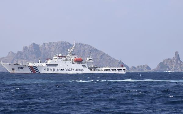 尖閣諸島の南小島(右奥)付近を航行する中国海警局の船(2月)=仲間均石垣市議撮影・共同