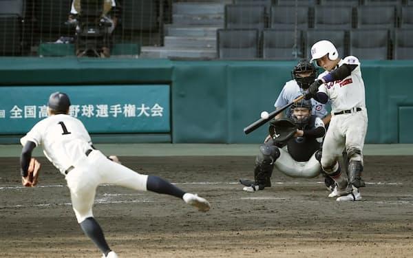 神戸国際大付―長崎商 10回裏神戸国際大付2死二、三塁、西川が左前にサヨナラ2点打を放つ。投手城戸、捕手伊藤(25日、甲子園)=共同