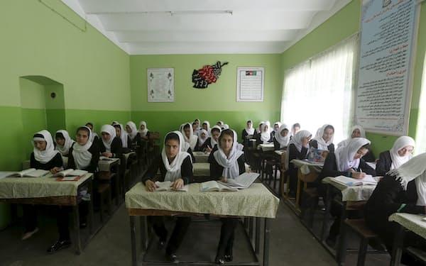 タリバンが権力を掌握する前のアフガニスタンで女子学生は学校に通えていた(2015年、カブールの高校)=ロイター