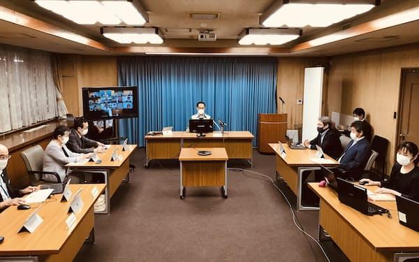 新型コロナウイルスに関する専門家会議に出席する埼玉県の大野元裕知事(写真中央上、埼玉県庁)
