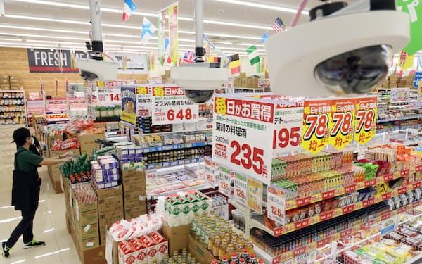 店内に設置した40台近くのカメラが人流や商品棚を解析する(25日、大阪市西成区の業務スーパー天下茶屋駅前店)