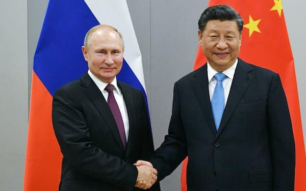 中国の習近平国家主席(右)とロシアのプーチン大統領(写真は2019年11月、ブラジル)=AP
