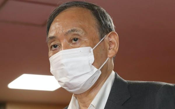 自民党の二階幹事長との会談に臨む菅首相(25日午前、党本部)