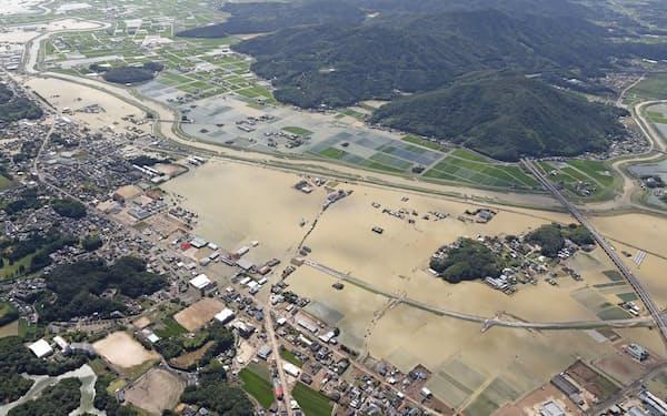 国土交通省は防災・減災対策を強化する。8月の大雨の影響で水に漬かった佐賀県武雄市=共同