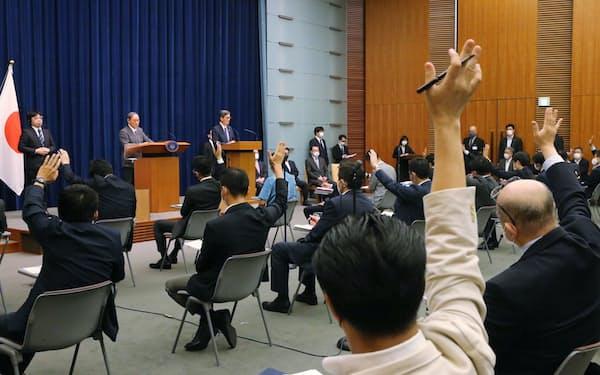 記者会見する菅首相(25日、首相官邸)