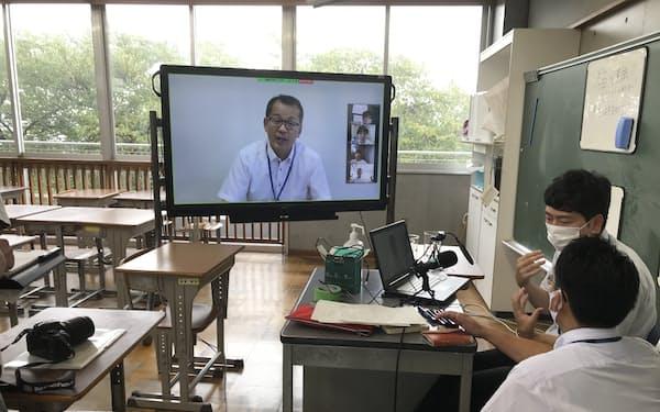 守谷中学校ではオンライン授業の前に小池義寿校長が動画サイト「ユーチューブ」であいさつ(8月25日)