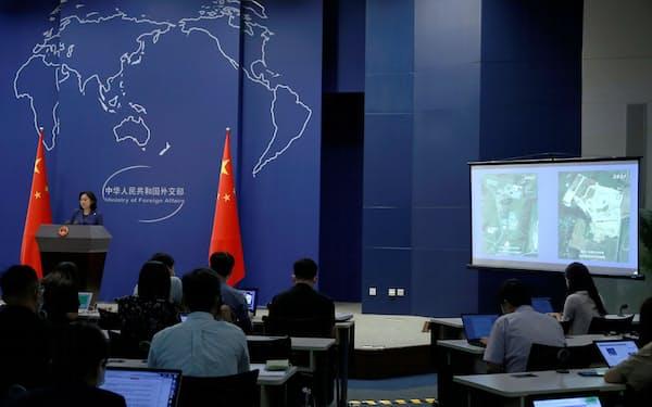 中国外務省報道官は16日の会見で米メリーランド州の陸軍医学研究施設の衛星写真を表示した(北京)=ロイター