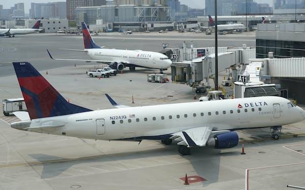 デルタ航空は従業員へのワクチン接種を促す=AP