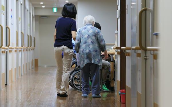 特別養護老人ホームの入所者と介護スタッフ