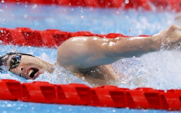 26日、予選で力泳する鈴木孝幸(東京アクアティクスセンター)=共同