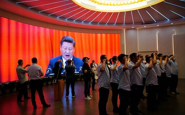 習氏は自らが率いる政権が格差問題に全力で取り組むのに4年かかった(中国共産党創立100周年を祝う中国国民)=ロイター