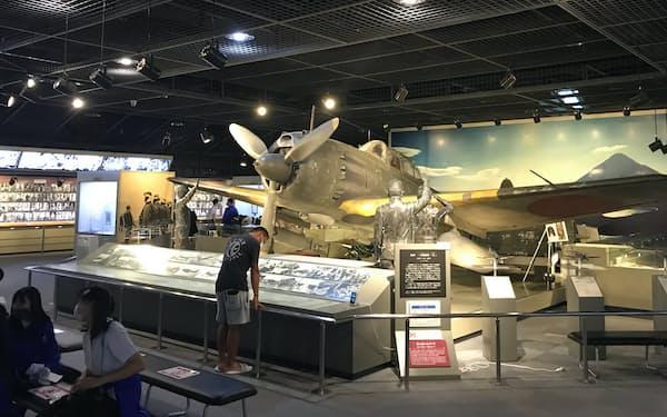 館内には戦闘機と同型の機体やレプリカを展示する