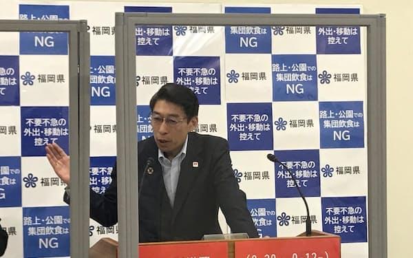記者会見する服部知事(26日、福岡県庁)