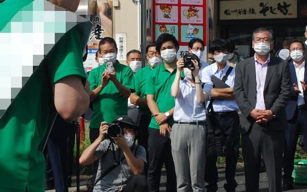 支援者に支持を訴える三重県知事選立候補者(26日、津市)=一部画像処理しています