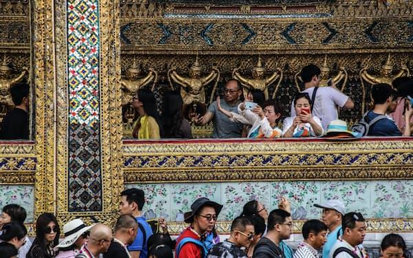 バンコクのタイ王宮を観光する中国人旅行者ら(2019年)=三村 幸作撮影