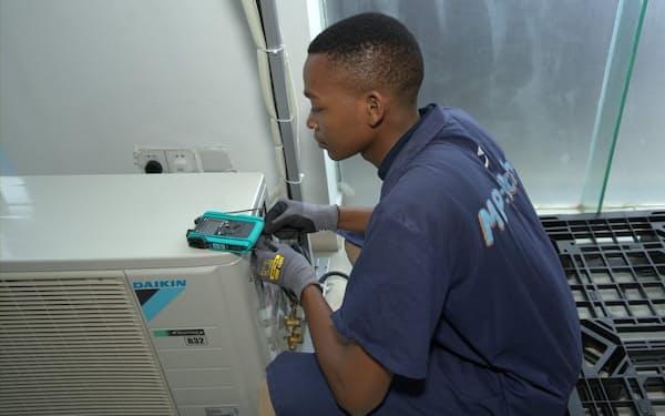 スマホ決済を使った新サービスでアフリカ市場を開拓(タンザニアでのエアコン検査)