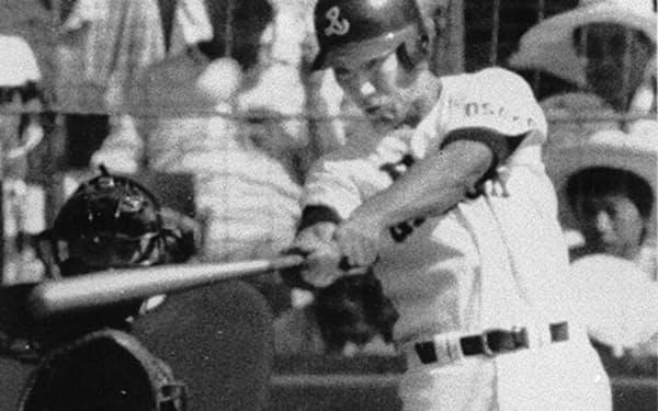 1985年、夏の高校野球甲子園大会の高知商戦でソロホーマーを放ったPL学園・清原=共同