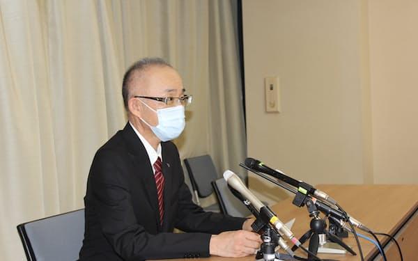 奈良県庁で記者会見する奈良県医師会の安東範明会長