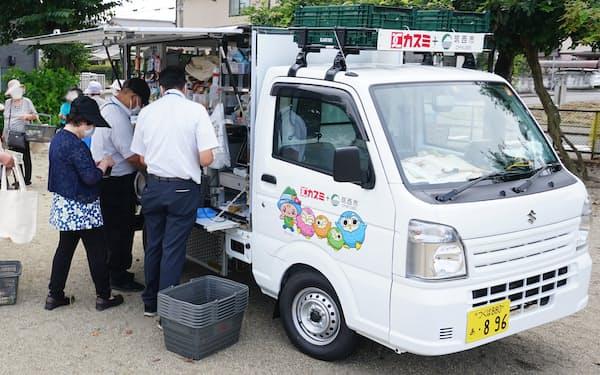 カスミの移動スーパーは車両に乗り込まず買い物できる(茨城県筑西市)