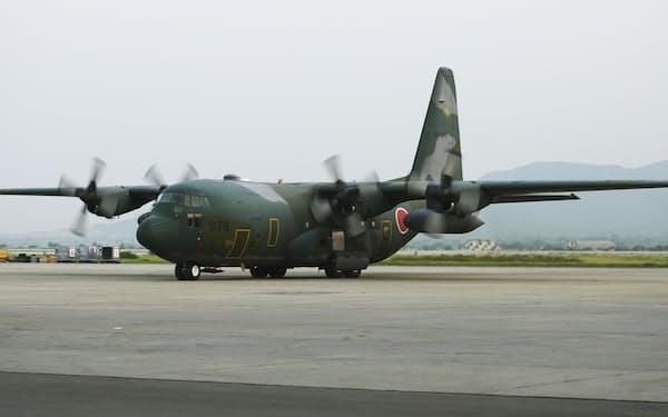 パキスタンのイスラマバード国際空港に到着した航空自衛隊のC130輸送機=25日(共同)