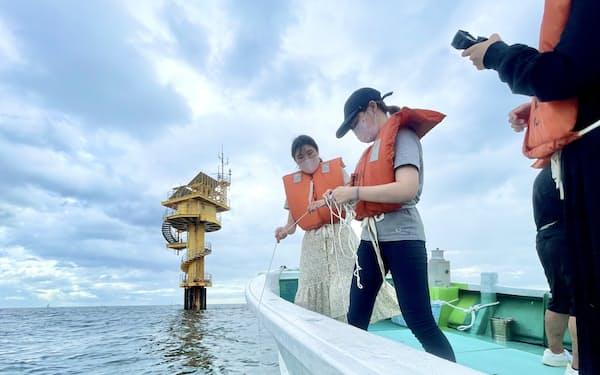 日本の海や森林、砂丘も題材に宇宙への移住について学ぶ(8月7日、和歌山県白浜での海洋実習)=京大提供