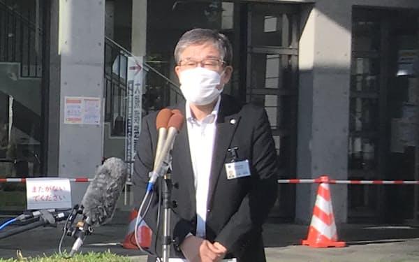 茨城県保健福祉部の吉添裕明理事は異物混入のワクチンが接種された可能性は低いとの見方を示した(県庁福利厚生棟前)
