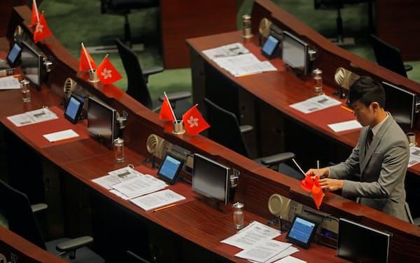 鄭松泰氏は立法会で中国国旗をひっくり返したことがある(2016年)=AP