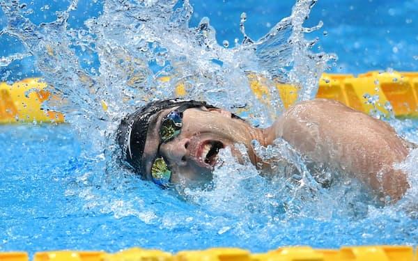 男子100㍍自由形で力泳する鈴木