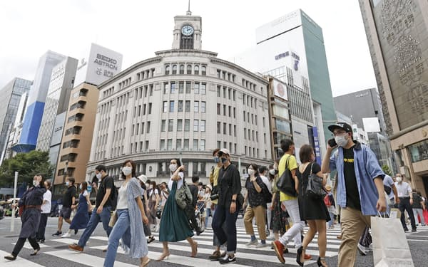 東京・銀座をマスク姿で行き交う人たち(21日)=共同