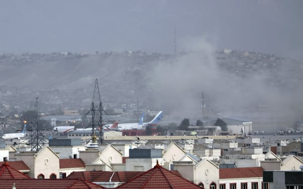 爆発後、煙が上がったカブールの国際空港(26日)=AP