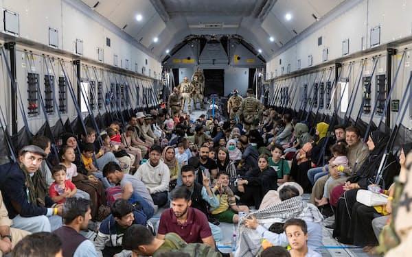 独空軍の輸送機でアフガニスタンから退避した人々=ロイター(タシケント)