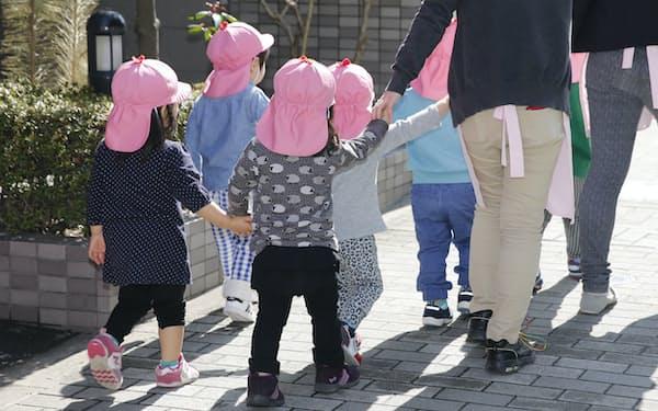 散歩に出る園児たち